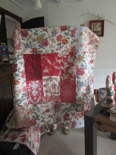 Betty and two girls from Rouvray in the Tarn - La Ruche des Quilters Quilting Projects, Quilting Designs, Sewing Projects, Quilting Ideas, Medallion Quilt, Amish Quilts, Gorgeous Fabrics, Vintage Quilts, Deco