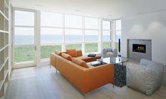 70 moderne, innovative Luxus Interieur Ideen fürs Wohnzimmer - minimalistisch meerblick orange ledersofa glastisch
