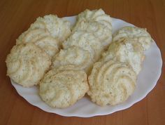 Kókuszcsók – Olcsó és kiadós kókuszos sütemény - Hozzávalók: 3 egész tojás 10 dkg kristálycukor csipet só 1 csomag vaníliás cukor 30 dkg kókuszreszelék