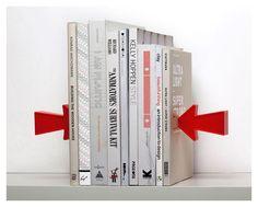 ¡Estos sujetalibros flotan porque son MÁGICOS! Que nooooo... Las portadas de los libros que se encuentran en los extremos ocultan cada unauna lámina de metal que hace la función de imán con la punta de cada flecha. Pero parece magia, ¿verdad? ;)