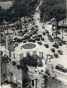Porta Pinciana in the The roundabout with its hair raising traffic was still there in the Bella Roma, Hair Raising, Yesterday And Today, Old Photos, Places To See, Paris Skyline, Rome, Times Square, In This Moment
