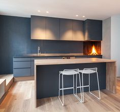 Today I Like: Fireplace in the Kitchen - Proposta decisamente anticonvenzionale quella dello studio londinese Haptic Architects per la cucina dell'Idunsgate Apartment, in cui in fondo al p...