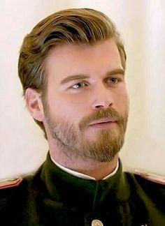 Kurt Seyit Eminof played by Kivanc Tatlitug Short Beard, Sexy Beard, Travis Fimmel, Moustaches, Kurt Seyit And Sura, Handsome Faces, Turkish Actors, Actor Model, Male Face