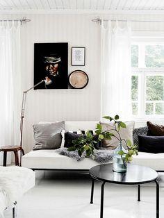 Preciosa casa en Finlandia diseñada con buen gusto y un estilo muy personal. Fantástico el detalle de los grandes focos de luz sobre la mesa de la cocina que añaden un toque industrial y contrastan ma