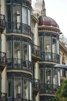 I would appreciate a balcony corner like this - architecture and art - Barcelona – Art Nouveau. I would appreciate a balcony corner like this - de modelos de ventanas Architecture Art Nouveau, Art Et Architecture, Beautiful Architecture, Beautiful Buildings, Beautiful Homes, Beautiful Places, Barcelona Architecture, Computer Architecture, Enterprise Architecture