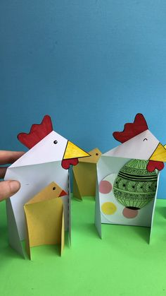 Triangle Paper Craft Chicken & Chick Practice your maths shapes with this adorable Triangle Chick Card for Easter. Comes with printables, worksheet and lesson plan! A bit of STEAM fun! Paper Plate Crafts For Kids, Paper Craft Making, Easy Easter Crafts, Toilet Paper Roll Crafts, Holiday Crafts For Kids, Easter Art, Craft Kids, Fox Crafts, Chicken Crafts