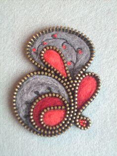 Felt and zipper brooch Textile Jewelry, Fabric Jewelry, Diy Zipper Crafts, Felt Hair Accessories, Zipper Flowers, Zipper Jewelry, Felt Brooch, Felt Patterns, Felt Fabric