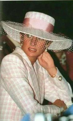 June 10 1991 Charles & Diana visit Munster in Germany for the Drumhead Service of Remembrance and Thanksgiving, she arrives at Swinton Army barracks in Munster, Germany Princess Diana Dresses, Princess Diana Fashion, Princess Diana Family, Royal Princess, Princess Of Wales, Princess Style, Duchess Of Cornwall, Duchess Of Cambridge, Duchess Kate