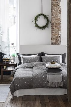Dress the bedroom for the holidays