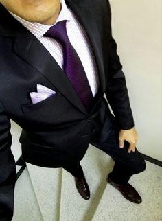 674556c3c1 Traje negro. Camisa lila (patrón) Corbata morada. Zapato vino tinto.