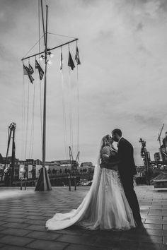 Brautpaar Shooting im Neusser Hafen  #hafenliebe #neuss #hochzeitsfotografnrw #hochzeitsfotografin #wedding #hochzeit #brautpaarshooting Portrait, Newlyweds, Headshot Photography, Portrait Paintings, Drawings, Portraits
