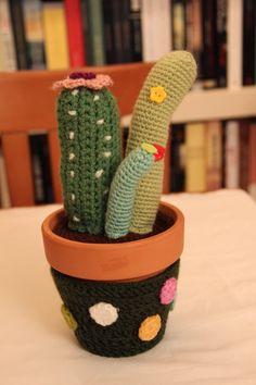 Cactus Amigurumi - Patrón Gratis en Español aquí: http://cogiendohebra.blogspot.com.es/2014/01/cactus.html