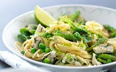 Cremet spaghetti med kylling, lime og grønt En ret med hvide og grønne lækkerier - retten smager super godt - der er både det sure, salte, fede og søde - en god smagsoplevelse.