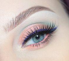 Utiliza un delineador oscuro sobre una sombra tenue para lograr un efecto llamativo. #Ojos #Eyeliner #Sombras
