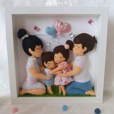 Este posibil ca imaginea să conţină: unul sau mai mulţi oameni Felt Crafts Diy, Felt Diy, Clay Crafts, Paper Crafts, Fabric Dolls, Felt Fabric, Quilling Dolls, Baby Frame, Felt Wreath