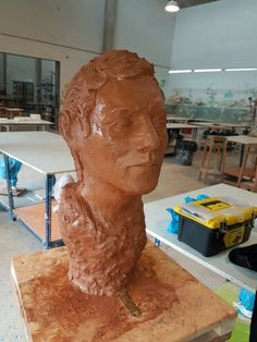 Escultura de arcilla terminada vista lateral.
