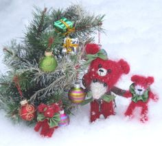 Christmas Knitted Mouse by ViolaSueKnits on Etsy Finished toy or pattern available!   SO CUTE!