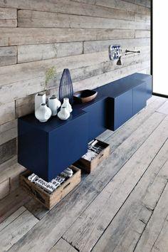 blauer Schrank und Holzwand