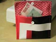 S'il vous reste un morceau de toile cirée, vous pourrez, grâce à ce DIY upcycling, coudre un petit porte-monnaie !