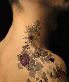 blomster tattoo på skulder/hals