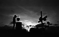 Trabalhador rural rega túmulo de cemitério em região de seca, cidade Afogados Ingazeira, Pernambuco. .Rural worker waters cemetery grave in drought area, city Drowned Ingazeira, Pernambuco. COPYRIGHT:Joao Roberto Ripper / Imagens Humanas