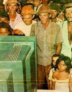 Moradores de Lago do Barro, no Piauí, vendo uma transmissão de TV pela primeira vez, em 1993.