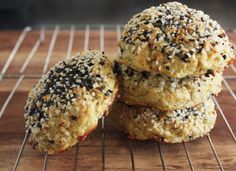 """Everything Bagel"" Cauliflower Rolls. Requires some weird ingredients.gluten free, paleo sort of stuff. But I'd love an everything bagel that I didn't have to feel guilty about. Healthy Recipes, Gluten Free Recipes, Low Carb Recipes, Cooking Recipes, Plats Healthy, Lexi's Clean Kitchen, Coconut Flour Recipes, Everything Bagel, Cauliflower Recipes"