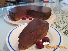 Recept za Mona Liza tortu. Za spremanje torte neophodno je pripremiti integralni keks, margarin, šećer, rum, margarin, čokoladu, jaja, lešnik, višnje, rum, slatku pavlaku.