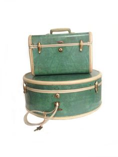 A Gorgeous retro / mad men / pan Am type styling set of 2 vintage Samsonite marbled green suitcases with original working keys, : A vintage Train Case Luggage/ Suitcase & a Round Hat Box in Bermuda Green.  These bags Feature: Ivory trim on sides and handles,  Brass hardware.  Metal feet at ... Vintage Suitcases, Vintage Luggage, Vintage Travel, Cute Luggage, Luggage Sets, Samsonite Luggage, Luggage Suitcase, Vintage Dressing Rooms, Ankara Bags