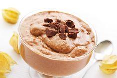 La mousse au chocolat est un dessert classique. Voici une recette pour en faire une avec de la meringue. C'est facile à faire et c'est très gourmand.
