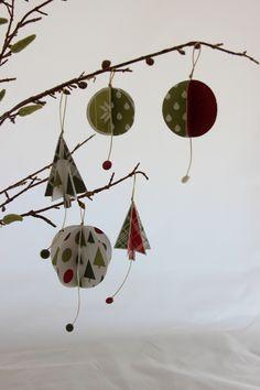 Zelfgemaakte kerstboomversiering met de Merry Moments Designer Series Paper, stempelset Lots of Joy en de Circle pons van Stampin' Up!. #kerst #Stampinup #DIY  #kerstboomversiering