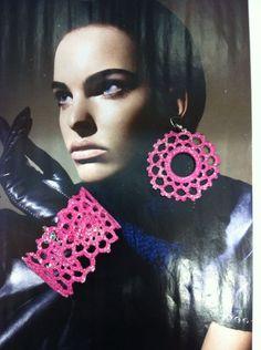 gioielli all'uncinetto,dipinti a mano nei toni del fucsia,vetrificati,con glitter trasparenti.orecchini con anello rigido centrale