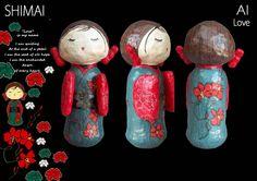 """Gebaseerd op traditionele Japanse houten poppen. Vervaardigd uit recyclage materiaal en 'papier mâché', bezet met papiermozaïek. SHIMAI is de Japanse term voor """"ZUS"""". Elke pop heeft een Japanse naam en identiteitskaart."""