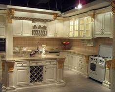 100 Küchen Designs – Möbel, Arbeitsplatten und zahlreiche Einrichtungslösungen - rautenförmig-regal-weinflaschen-küche-insel-spüle