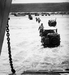 US soldiers and Jeeps arrive at the Normandy shores on Omaha Beach, as reinforcements for the troops that began combat on D-Day - June 1944 D Day Normandy, Normandy Beach, Military Photos, Military History, D Day 1944, D Day Invasion, Normandy Invasion, D Day Landings, Landing Craft