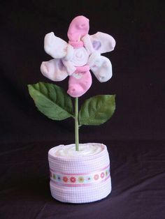 The Bootie Blossom table decoration for baby shower dr z shower Regalo Baby Shower, Idee Baby Shower, Baby Shower Crafts, Baby Shower Flowers, Baby Shower Diapers, Baby Crafts, Shower Gifts, Baby Shower Themes, Baby Shower Centerpieces