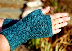 #Free Pattern; knit; Fingerless gloves  ~~
