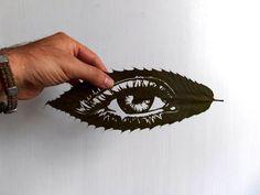 El artista iraní, Omidi Asadi, realiza su trabajo sobre hojas caídas de los árboles