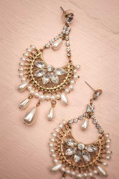 Del Magnificat ~ Vintage ♥ Pour ajouter de la splendeur à votre tenue, un bijou d'inspiration royale n'est jamais de trop.   To add true magnificence to your outfit, a royalty-inspired jewel is never too much.