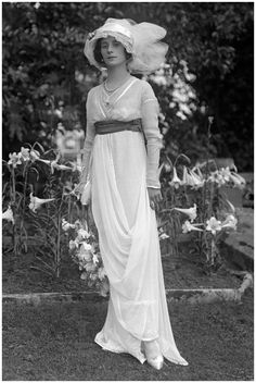 1912 - Russian ballerina Anna Pavlova, who became the forts ballet dancer to tour the world with her own dance company. She moved to London in 1912 and is photographed here in her Hampstead garden wearing a soft belted gown, hat and her ballet shoes. Belle Epoque, Anna Pavlova, Foto Fashion, Fashion History, Fashion News, Style Fashion, Fashion Design, Edwardian Fashion, Vintage Fashion