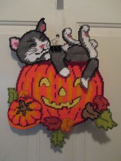 CAT IN PUMPKIN WALL HANGING by DESIGN WORKS 1/4 (SEWN by TIANA ROSEN)