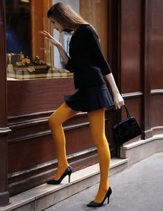 Comment porter un collant ? - All the lovely tightsTotal look noir et collant opaque jaune Pantyhose Outfits, Stockings Outfit, Pantyhose Skirt, Stockings Lingerie, Orange Tights, Colored Tights Outfit, Fashion Tights, Fashion Outfits, Dress Like A Parisian