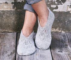 Strik de fineste sutsko   Femina Crochet Slippers, Knit Crochet, Knitting Socks, Scrunchies, Ravelry, Knitwear, Knitting Patterns, Peep Toe, Heels