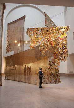 Installation by Ghanaian artist El Anatsui, Brooklyn Museum via GarrettZiegler Land Art, Instalation Art, Afrique Art, Wow Art, Art Plastique, Public Art, Oeuvre D'art, Textile Art, Sculpture Art
