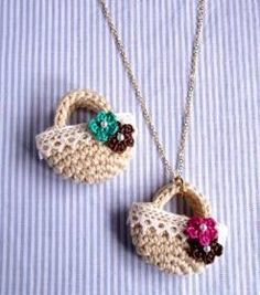 "mini amigurumi basket: ""Love this mini amigurumi basket! Needs translation- Japanese website with other amigurumi pieces"", ""collar Crochet Canasta cute Mini Amigurumi, Crochet Amigurumi, Crochet Dolls, Crochet Bracelet, Crochet Keychain, Crochet Earrings, Love Crochet, Crochet Flowers, Knit Crochet"
