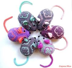 Wonderful No Cost knitting toys african flowers Concepts Knitted joy. Crochet Toys Patterns, Amigurumi Patterns, Crochet Crafts, Crochet Projects, Crochet Ball, Crochet Mouse, Free Crochet, African Flower Crochet Animals, Crochet Flowers