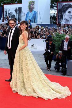 Festival Internacional de Cine de Venecia - Goya Toledo acudió con un impresionante vestido con cola en tono lima, de Elie Saab.