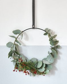 What enthusiastic reactions to the giveaway in collaboration with Intratuin. I made this wreath myself by binding twigs of eucalyptus around a metal ring. The pendant (Ø 25 cm) with strap is for sale for only 179 at Intratuin. Christmas Love, Christmas Crafts, Christmas Decorations, Xmas, Small Wedding Bouquets, Eucalyptus Wreath, Alternative Christmas Tree, Floral Hoops, Deco Floral