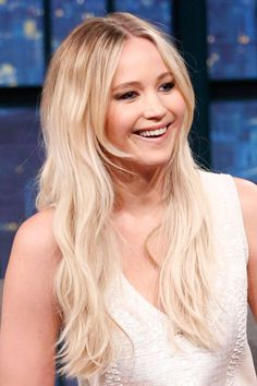 Jennifer Lawrence is one of our biggest beauty crushes. Check out her fearless hairstyles, and killer beauty looks. Jennifer Lawrence Blonde, Jennifer Lawrence Pics, The Hunger Games, Katniss Everdeen, Mtv, Jennifer Laurence, Beauty Crush, Glamour Uk, Famous Women