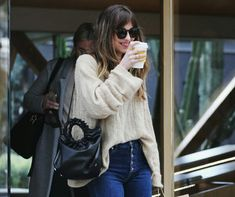 I miss those cutest smiles! 😍😍😍 Dakota Johnson was seen shopping on Melrose Place in Los Angeles, California (Mar. Dakota Johnson Street Style, Dakota Johnson Hair, Dakota Mayi Johnson, Anastasia Steele Style, Anastacia Steele, Ana Steele, Melrose Place, Coldplay, Models